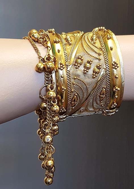 Breiter goldener Armreif mit Glöckchen