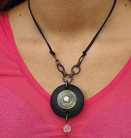 Kette mit Amulet in schwarz