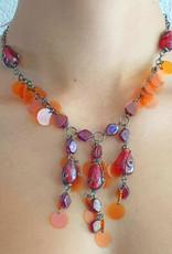 Halskette mit Glassteinen und Kunststoffpailletten