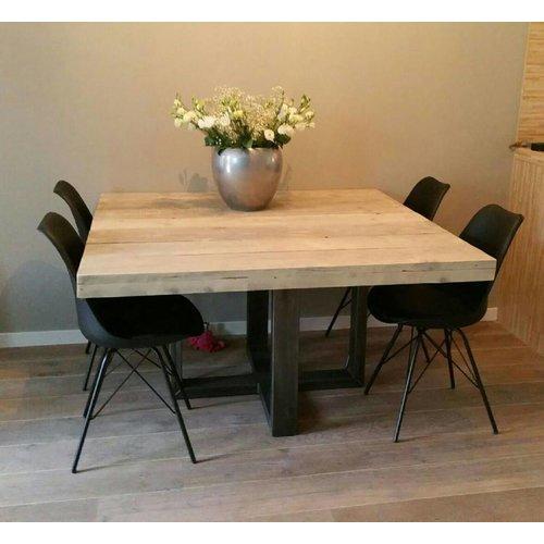 Vierkante eettafel met stalen frame