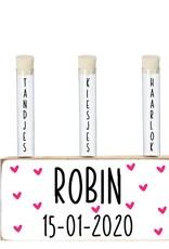Houten blok met buisjes voor melktanden, -kiezen en haarlok Robin