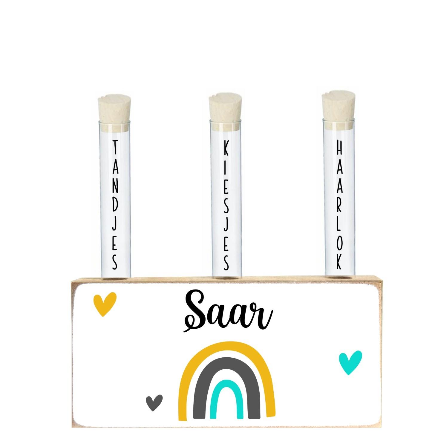Houten blok met buisjes voor melktanden, -kiezen en haarlok Saar