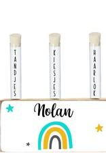 Houten blok met buisjes voor melktanden, -kiezen en haarlok Nolan