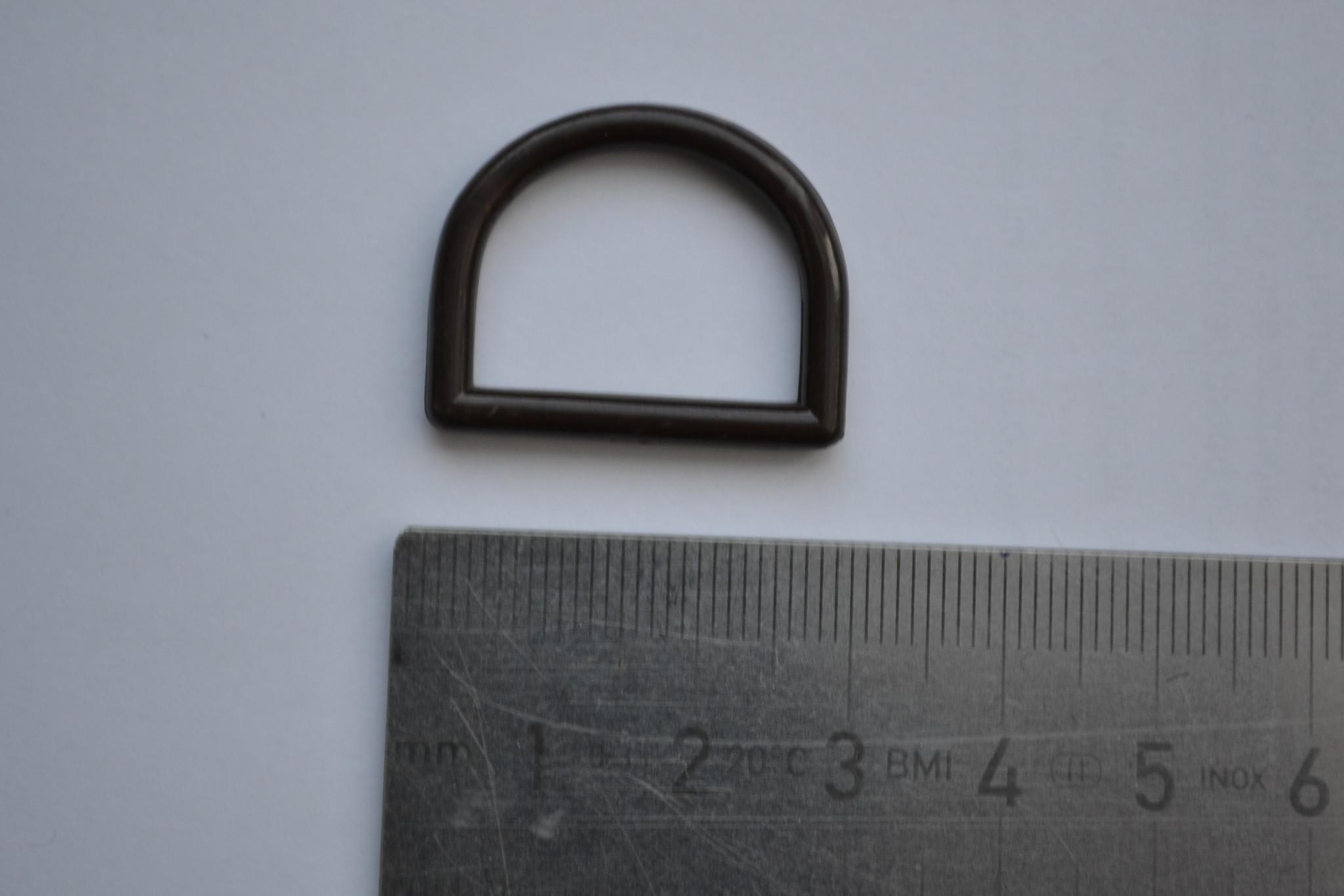 R131  D-ring bruin plastic 20mm