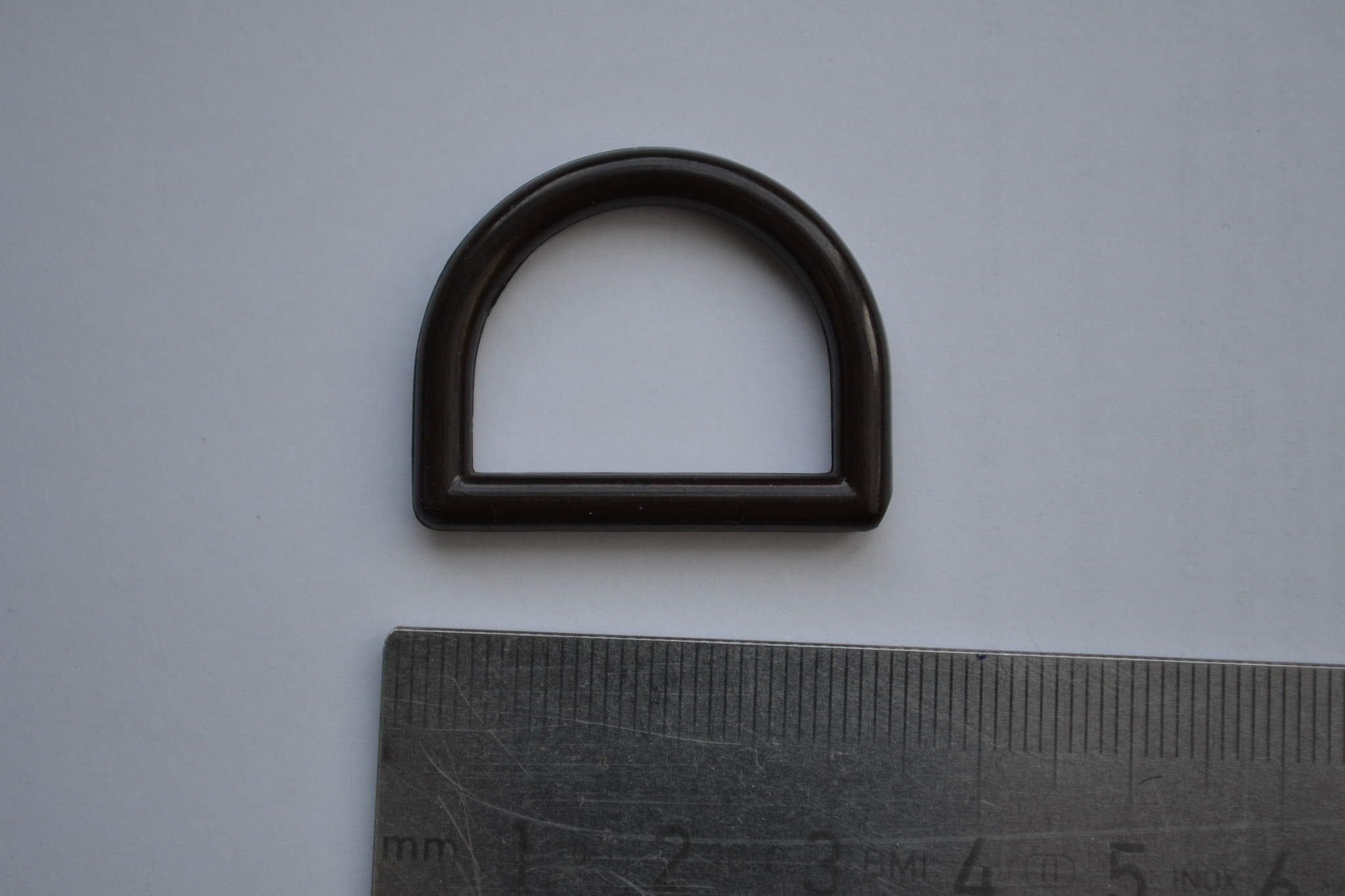 R132  D-ring bruin plastic 25mm