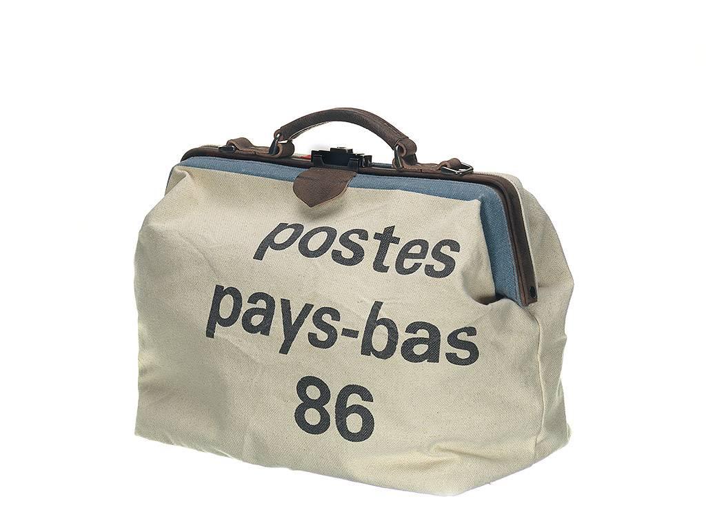 deze unieke tas van mutsaers is uitgevoerd in postzakken design het handgemaakte model met kliksluiting is gemaakt van eco vriendelijk materiaal de ruime tas is aan de binnenzijde voorzien van een rits en steekvakje en heeft een afneembare schoude