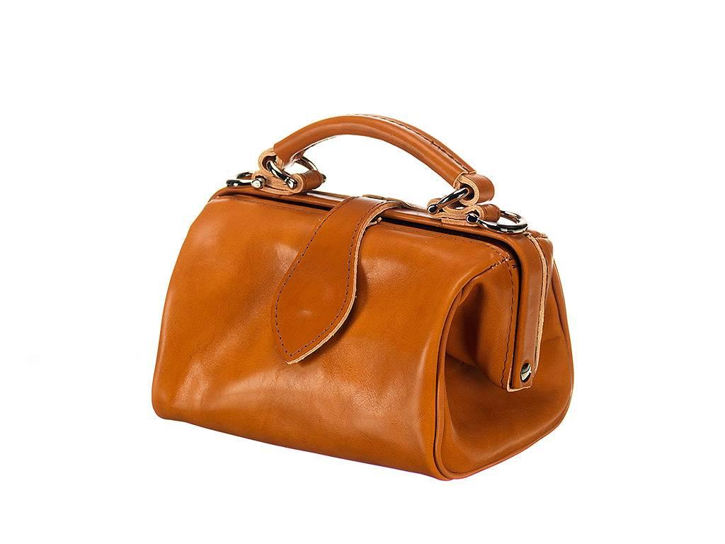 Een prachtige damestas, ontworpen met een knipoog naar de dokterstas, maar aangepast naar nu door onze eigen ...