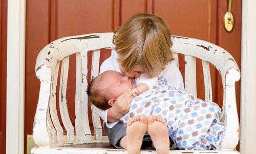 Hoe het leven echt is met een peuter en een pasgeborene