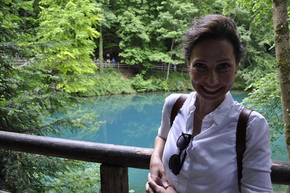 Sabine Welz in Blaubeuren am Blautopf, der Quelle der Blau.