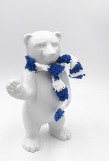 ART-DOMINO® BY SABINE WELZ Berliner Bär aus Porzellan - Mit blau-weissem Schal