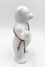 ART-DOMINO® BY SABINE WELZ Berliner Bär aus Porzellan - Mit Schwarz-Rot-Gelber-Schärpe