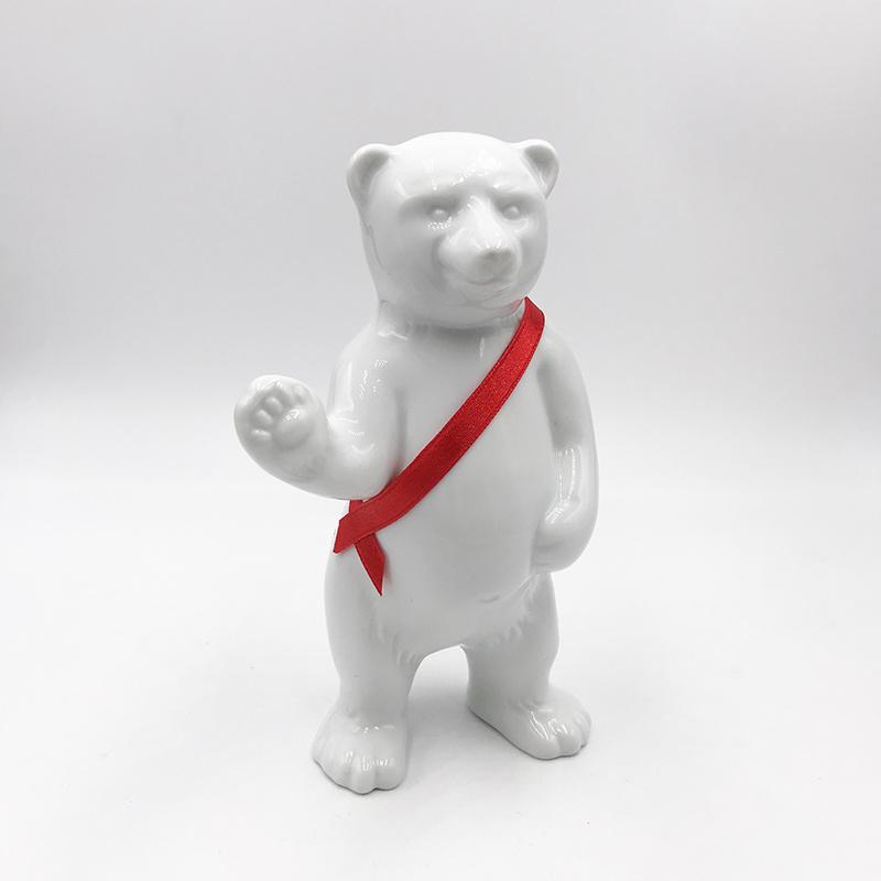 ART-DOMINO® BY SABINE WELZ Berliner Bär aus Porzellan - Mit Roter-Schärpe
