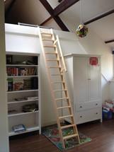 Dachbodentreppe aus Kiefernholz (Tischlertreppe)