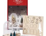 Instruktionsvideo: Materiale indstillet til en lille julescene under hver klokke.