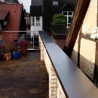 Versandmetall Mauerabdeckung Attikaabdeckung aus Aluminium anthrazit ( ähnl. RAL 7016 ) von Versandmetall Materialstärke 1,0 mm