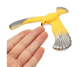 Speelgoed Vogel die Balanceerd op Vingers