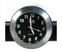 Chrome-Engine Uhr Auf Dem Send Für Die Montage