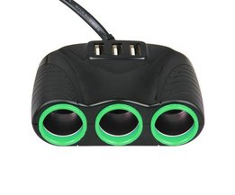 Auto-Ladegerät Mit Drei Steckdosen Und Zwei USB-Anschlüsse In Verschiedenen Farben