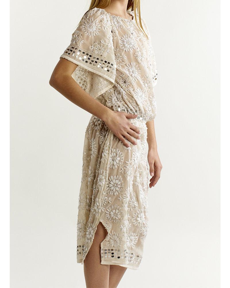 Izuskan Vestido Akkadevi con diseño bordado a mano.