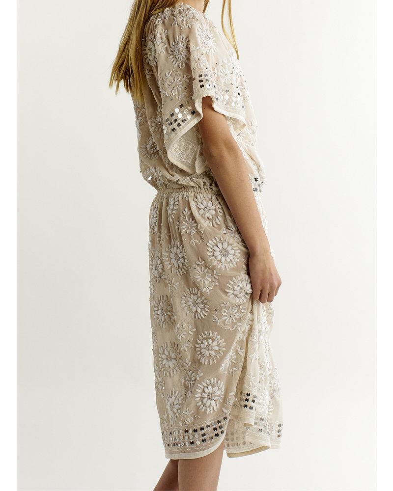 Izuskan Akkadevi-jurk met handborduurmotief