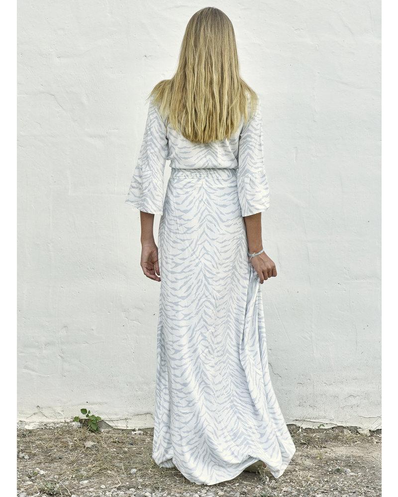 Izuskan Venice beach, vestido largo en blanco con estampado de cebra gris claro en 100% viscosa.