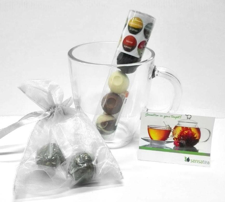 Theeglas, 2 theebloemen en 5 Chocoladebikkels