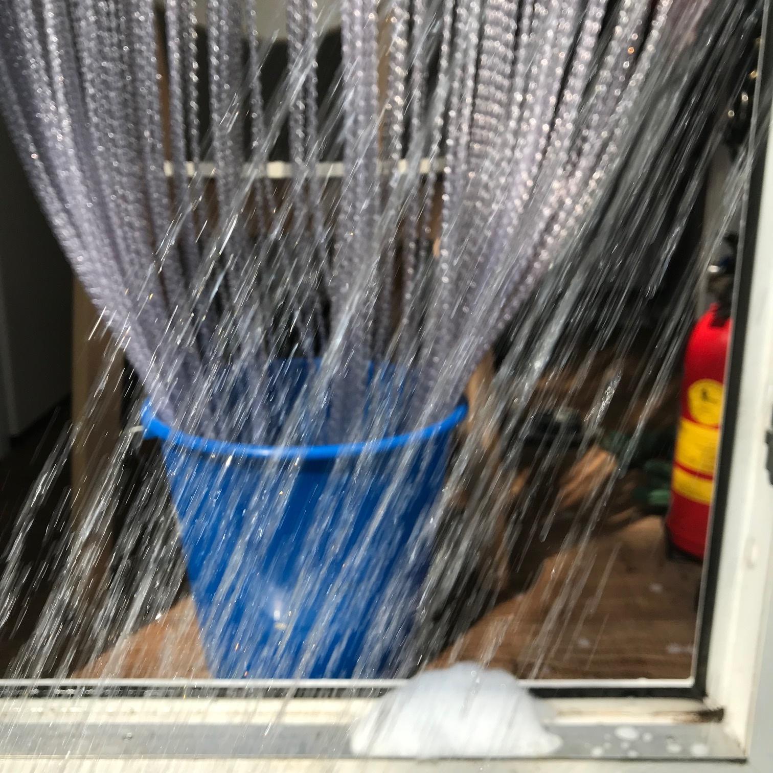 Alaska pvc vliegengordijn schoonmaken afspoelen