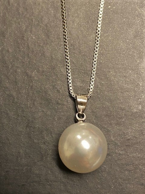 Rose chocolate oyster shell with oyster pearl necklace 2