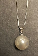 Dark chocolate oyster shell with pearl necklace 2