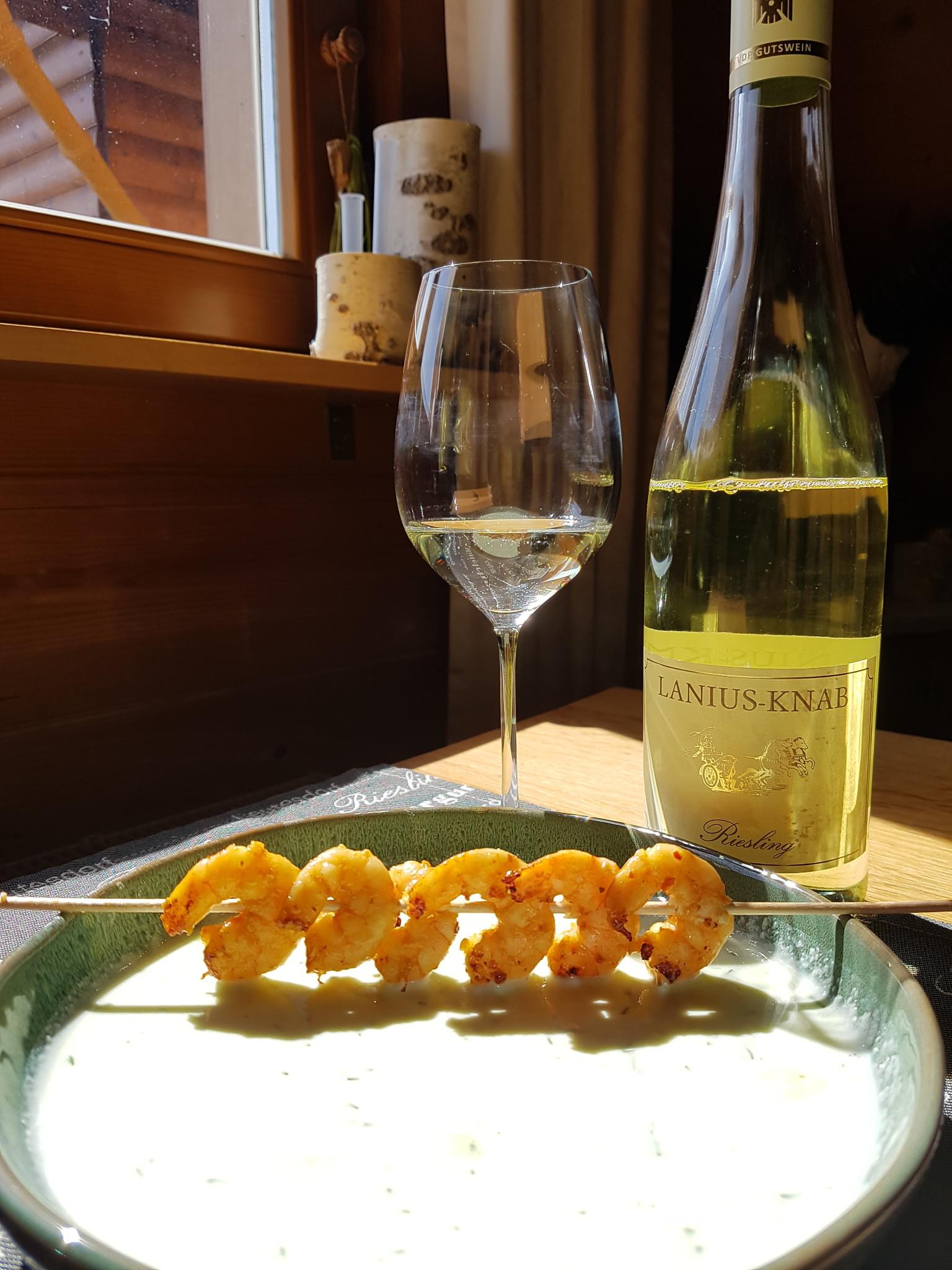 Gurkenkaltschale mit Garnelenspieß und Sommerwein