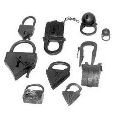 Set med universella nycklar för gamla lås