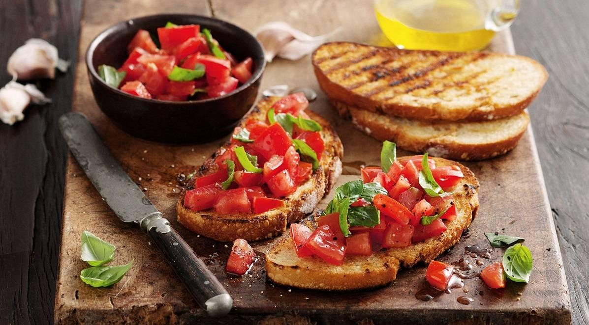 Bruschetta met tomaat en basilicum, dat hapt zo lekker weg!