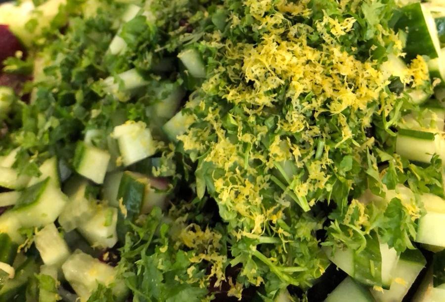 Komkommer, rode bietjes, peterselie en citroenrasp