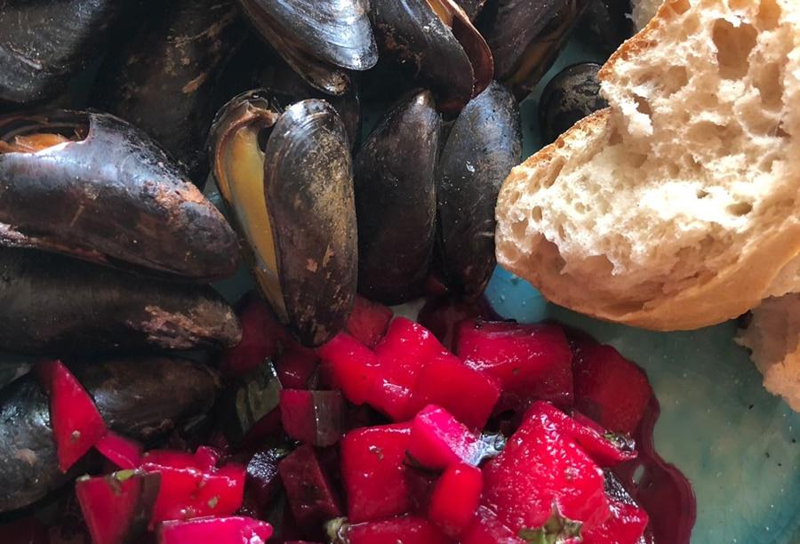 Gerookte mosselen met witte wijn en rode bietjes-salade