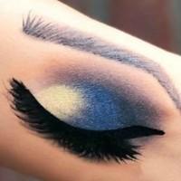 Gracieuze en smaakvolle, blauw grijze oogschaduw look