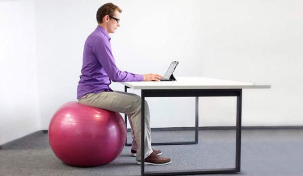 Correcte zithouding zitbal kantoor
