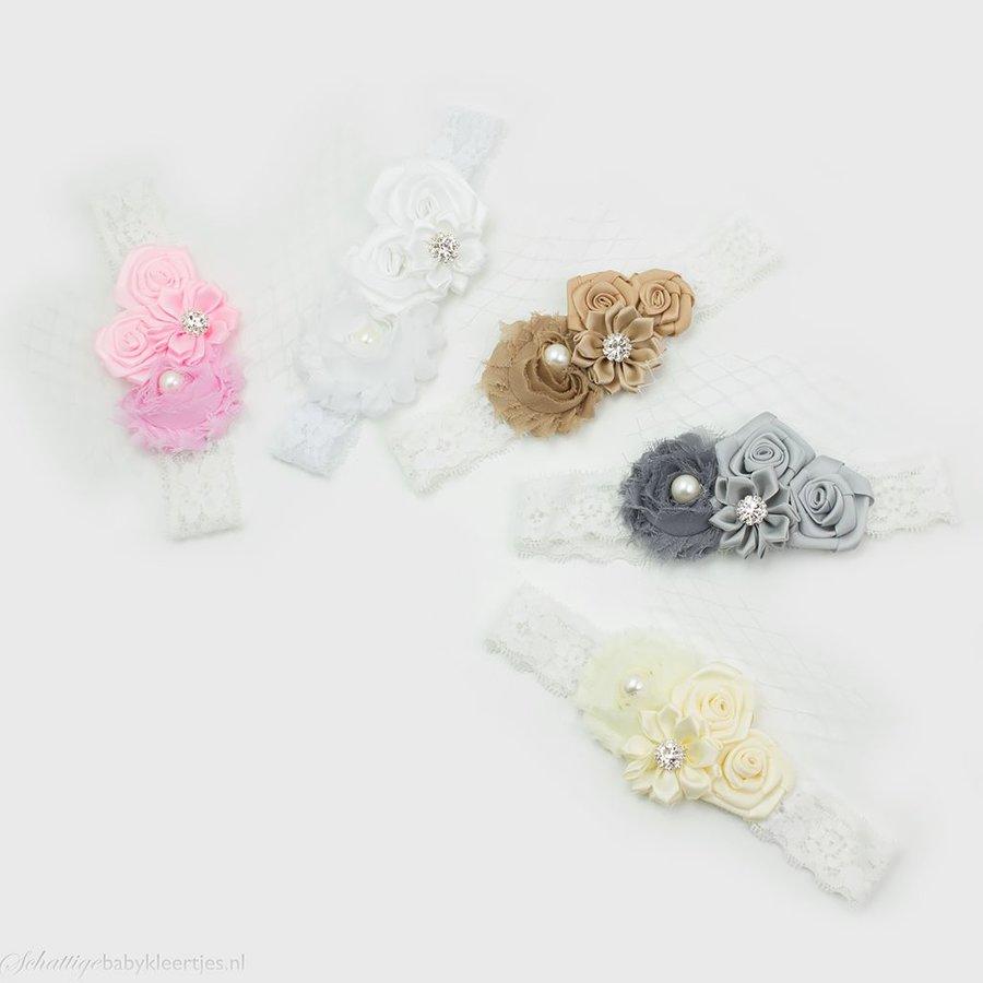 Baby haarbandje vier bloemen op kant (lichtroze)