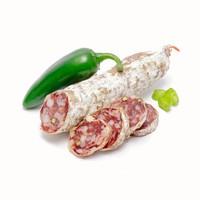Gedroogde worst van een met groene peper