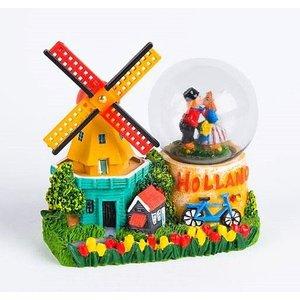 Typisch Hollands Sneeuwbol - molen - met Kuspaar Holland