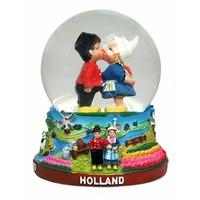 Typisch Hollands Schneekugel mit küssender Paarmittelgröße