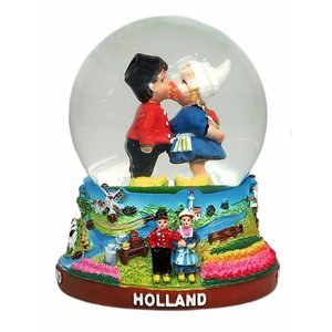 Typisch Hollands Snow globe with kissing couple medium size