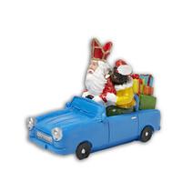 Typisch Hollands Sint en Piet in auto met cadeau`s
