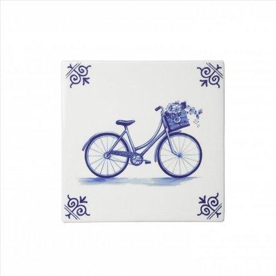 Typisch Hollands Delftsblauwe tegel met een fiets.