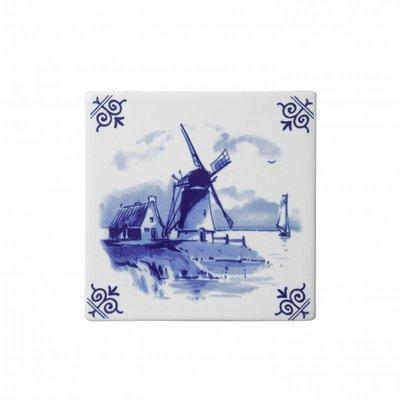 Typisch Hollands Delftsblauwe tegel met een landschap en een molen.