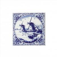 Typisch Hollands Delftsblauwe tegel met een landschap en molens