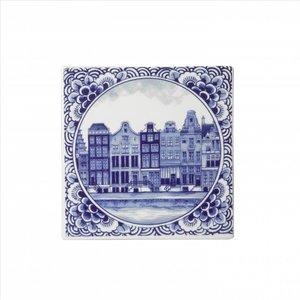 Typisch Hollands Delftsblauwe tegel met Amsterdamse grachtenpanden.