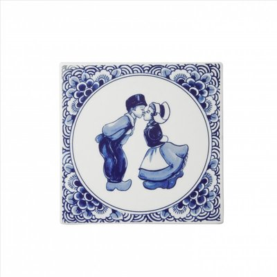 Typisch Hollands Delft blue tile with a pair of kisses.