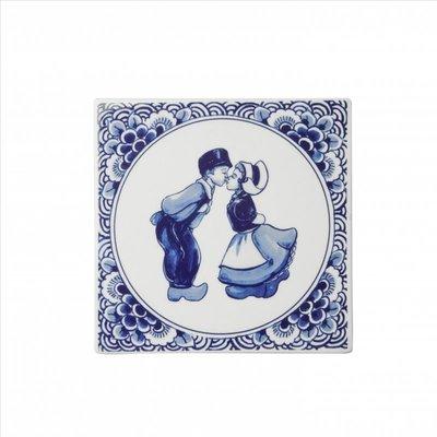 Typisch Hollands Delftsblauwe tegel met een kuspaar.