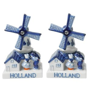 Typisch Hollands Kissing couple - Mills Pepper and Salt Shakers