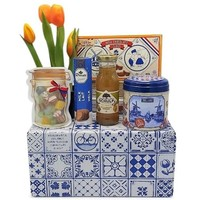 www.typisch-hollands-geschenkpakket.nl Typical Dutch treats package (Delft blue box)